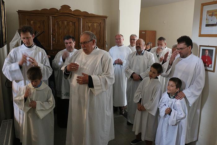oreg es fiatal ministransok szentmisere keszulve